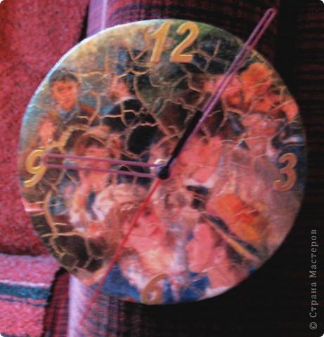Задача у меня была быстренько сделать подарок на Пасху в гости. Часовые механизмы дома у меня имелись, а давеча ездила в магазин и приобрела там МДФ заготовку для часов, диаметром около 15 см. И так, я не заморачивая особенно, покрыла заготовку белой краской на водной основе, затем когда она высохла, также небрежно наклеила салфетку, которую мне прислала Bukfa :) До того небрежно приклеила, что были и складочки и даже два места порвались!  Ну я их подклеила, покрыла двухступенчатым кракле и мне бы на этом остановиться, но... Я все-таки, наклеив наклейки с цифорками, решила-таки втереть в трещины свой любимый золотой порошок... Наверное все же зря, тк порошок забил всю картину! фото 2