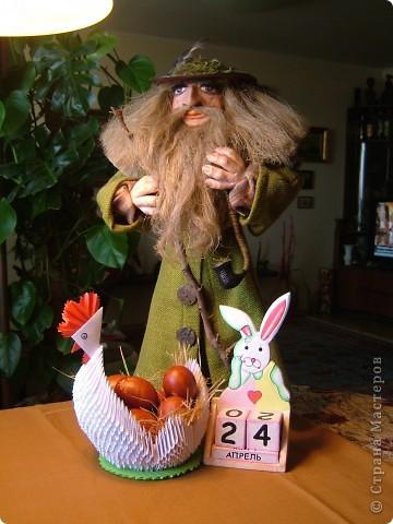 Домовой оберегает пасхальную курочку и пасхального зайчика. фото 1