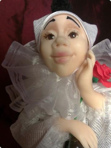 Влюбленный Пьеро.Кукла выполнена из пластика Фимо+Цернит. высота 22 см. Роза и мандолина также из запекаемого пластика, расписаны акрилом. фото 2