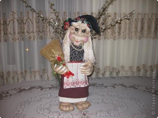 Поздравляю всех с прошедшим праздником,дорогие мастерицы!!!Вот решилась сшить первую каркасную куклу по МК Ликмы,за что ей ОГРОМНОЕ СПАСИБО!!!Да вот беда,синтипона после праздника еще не завезли.Ну делать нечего и сшила я из ваты и бинта.И вот выношу на ваш суд свою Ягуличку. фото 1