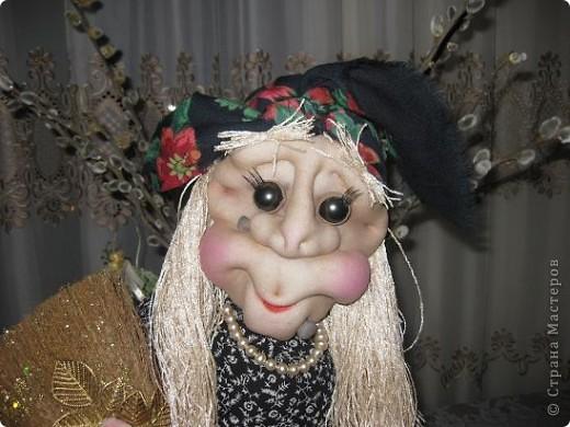 Поздравляю всех с прошедшим праздником,дорогие мастерицы!!!Вот решилась сшить первую каркасную куклу по МК Ликмы,за что ей ОГРОМНОЕ СПАСИБО!!!Да вот беда,синтипона после праздника еще не завезли.Ну делать нечего и сшила я из ваты и бинта.И вот выношу на ваш суд свою Ягуличку. фото 2