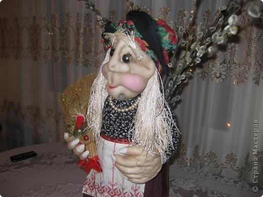 Поздравляю всех с прошедшим праздником,дорогие мастерицы!!!Вот решилась сшить первую каркасную куклу по МК Ликмы,за что ей ОГРОМНОЕ СПАСИБО!!!Да вот беда,синтипона после праздника еще не завезли.Ну делать нечего и сшила я из ваты и бинта.И вот выношу на ваш суд свою Ягуличку. фото 3
