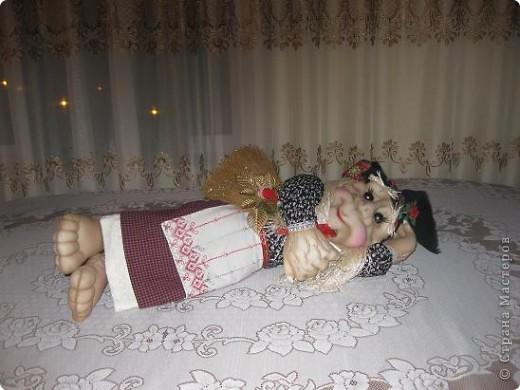 Поздравляю всех с прошедшим праздником,дорогие мастерицы!!!Вот решилась сшить первую каркасную куклу по МК Ликмы,за что ей ОГРОМНОЕ СПАСИБО!!!Да вот беда,синтипона после праздника еще не завезли.Ну делать нечего и сшила я из ваты и бинта.И вот выношу на ваш суд свою Ягуличку. фото 5