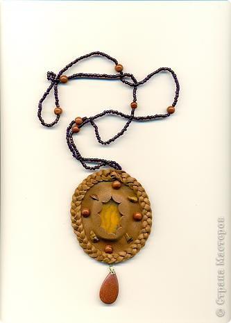 Медальон из кожи с янтарем.