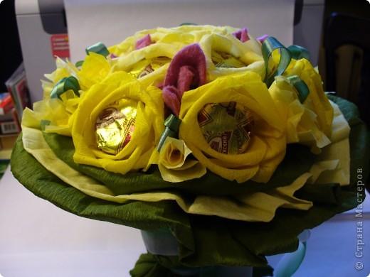 Букетик в подарок.  В основе каждой розы - трюфель. Украшения из атласных лент и кусочков флиса. фото 2