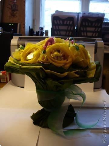 Букетик в подарок.  В основе каждой розы - трюфель. Украшения из атласных лент и кусочков флиса. фото 3