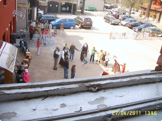 Доча моя учавствовала в региональном конкурсе и сегодня представители от школы ездили  в город Бауск. Там детям устроили настоящий праздник-сводили в 3 музея, показали спектакль, кормили супом, на улице устроили представление. Приехала очень довольная да ещё и с благодарностью за участие в конкурсе. Нафоткала 200 фотографий, они все вперемежку, так что просто смотрите и удивляйтесь :)) фото 26