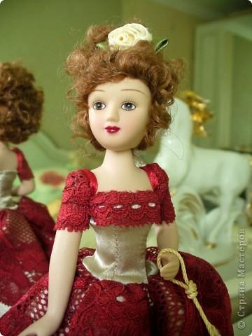 Эмма Бовари от производителя. Куколка красивая. Понравились длинные волнистые волосы. Но, вот наряд разочаровал. Захотелось полностью переделать образ этой дамы. фото 4