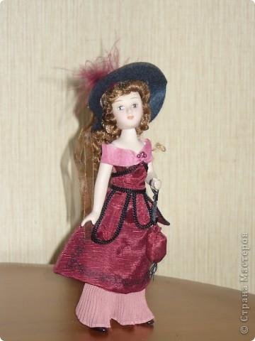 Эмма Бовари от производителя. Куколка красивая. Понравились длинные волнистые волосы. Но, вот наряд разочаровал. Захотелось полностью переделать образ этой дамы. фото 2