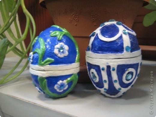 Давно хотела попробовать сделать пасхальные яйца. Вот в этом году наконец решилась. Сначала хотела сделать в технике папье-маше, но получается давольно долго, поэтому получившиеся заготовки отделывала уже полимерной глиной (сохнущей на воздухе), а потом уже раскрашивала красками. фото 2