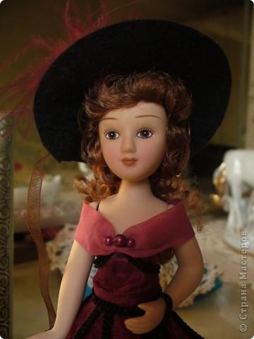 Эмма Бовари от производителя. Куколка красивая. Понравились длинные волнистые волосы. Но, вот наряд разочаровал. Захотелось полностью переделать образ этой дамы. фото 1