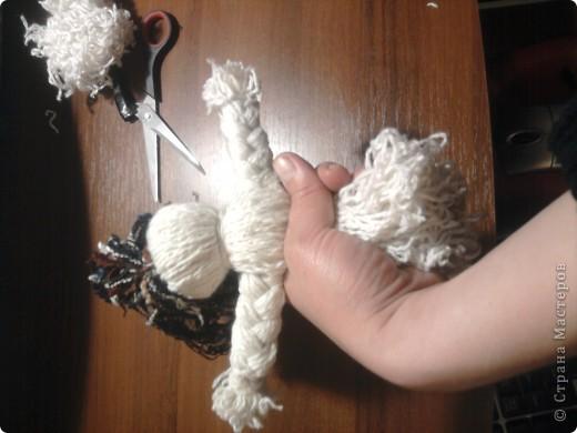 как и обещала пытаюсь сделать мастер-класс куклы-мотанки,тем более подвернулся случай,дочери на урок труда нужно было сделать изделие с полным описанием процесса изготовления.Сразу извиняюсь за качество снимков(снимали на телефон).Итак, для работы нам понадобятся два мотка ниток разного цвета,ножницы,книга,от её размера зависит размер куклы фото 12
