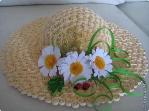 Увидела на сайте потрясающие шляпы и захотела тоже ...красивые цветы в технике квиллинг не получаются пока,поэтому просто ромашки...