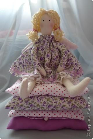 Вот такую принцессу на горошине сшила на день Рождения девочке! Хотела сшить просто принцессу, а  когда раскроила поняла, что мне не хватит синтепона, пришлось переиграть и сшить эту малышку:)) Не успела налюбоваться, уехала к имениннице))) Надеюсь ей понравится) фото 1