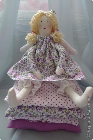 Вот такую принцессу на горошине сшила на день Рождения девочке! Хотела сшить просто принцессу, а  когда раскроила поняла, что мне не хватит синтепона, пришлось переиграть и сшить эту малышку:)) Не успела налюбоваться, уехала к имениннице))) Надеюсь ей понравится) фото 4