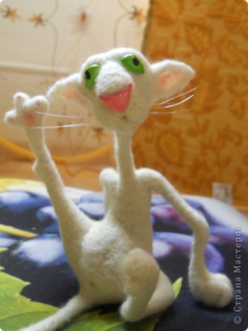 """Здравствуйте! Рада, что зашли ко мне в гости! Есть такой художник и иллюстратор Оксана Мосалова, в интернете она больше известна как Mosomedve.  """"По мотивам"""" ее веселых рисунков был сделана эта животинка. Не заню, почему, захотелось назвать его Альфонсом.  фото 6"""