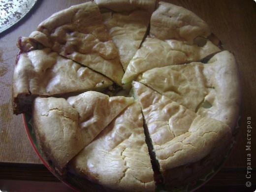 Пирог очень прост в приготовлении. Тесто:300гр.майонеза,погасить соду в нём 0.5 ч.л.1 яйцо,и муки,что бы получилась тесто как густая сметана. Начинка.3 картоши,режим кругляшками,укладываем на половину выложенного теста,потом жаренный лук(1 луковица),размятую вилкой баночку со скумбрией и опять катошку.Заливаем оставшимся тестом и в духовку.Пользуюсь давно,так что рецепт проверенный! фото 2