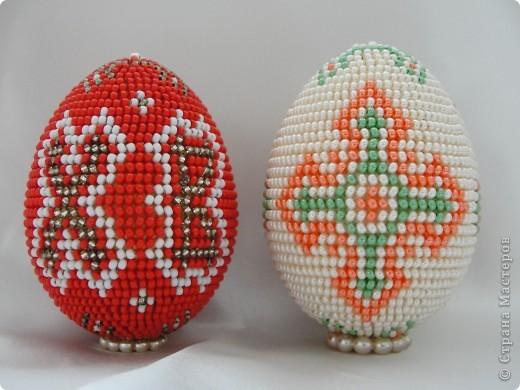 После декупажа было трудно опять взяться за бисер, но на два яйца меня все таки хватило :)  фото 1