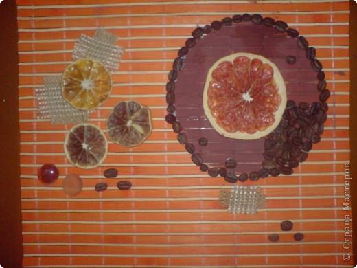 В основе- бамбуковая салфетка. Засушенный грейпфрут, лимон, апельсин, зерна кофе, декоративные камушки, кусочки мешковины. фото 2
