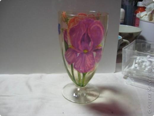 Ой, девочки....прикупила я тут на досуге вазочку (да ещё и из Богемского стекла!) и так захотелось сделать из неё что-нибудь красивое и душевное.... Но...надо же поропетировать на чём-нибудь (т.к. я ещё на стекле декупаж не делала) вот и взяла я пару рюмочек у себя в саду, чтобы поэксперементировать. фото 1
