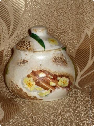 Это моя первая работа, выполненная на заказ. Пожелания заказчицы: белая сахарница, изображение черепахи обязательно, рисунок в зеленовато-коричневых тонах. Придумывалось очень долго, и все было не то. А представленный вариант родился и воплотился за один вечер. фото 2