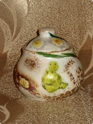 Это моя первая работа, выполненная на заказ. Пожелания заказчицы: белая сахарница, изображение черепахи обязательно, рисунок в зеленовато-коричневых тонах. Придумывалось очень долго, и все было не то. А представленный вариант родился и воплотился за один вечер. фото 3