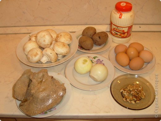 Салат Воздушный я научилась готовить у своей мамы. Делаем мы его давно, а воздушный называется потому, что очень нежный и натирается на терке на весу. фото 2