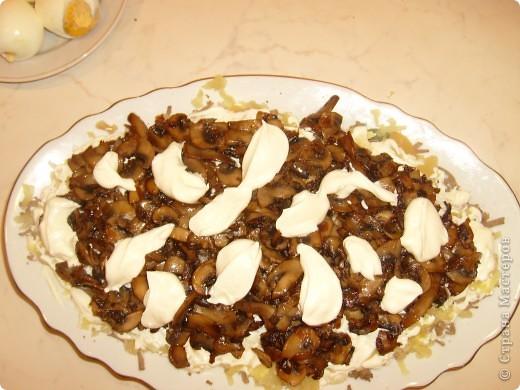 Салат Воздушный я научилась готовить у своей мамы. Делаем мы его давно, а воздушный называется потому, что очень нежный и натирается на терке на весу. фото 14