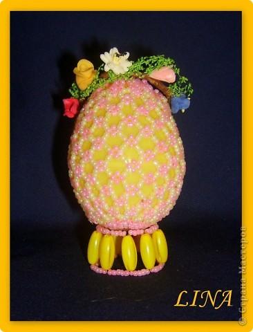 пластмассовое яйцо обмотано лентами и оплетено бисером. фото 2