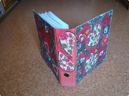 Для наклеивания салфеток, кусочков ткани и кружев использовала обойный клей. Кусочки ткани и кружева промазывала отдельно и прикладывала. Точки рисовала корректором-ручкой.  фото 3