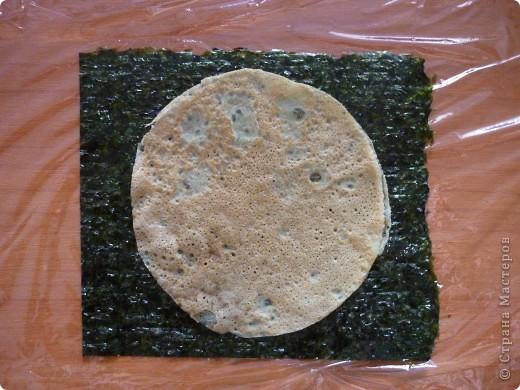 Для всех любителей готовить суши дома.Этот оригинальный рецепт  Дзакуро-дзуси(суши -гранат) меня очаровал.Нашла я его на сайте Суши-мастер,приготовила его Светлана Уколова. Долго я собиралась....  сегодня и продукты все были и вдохновение. Вот и результат...))) фото 4