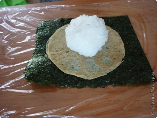 Для всех любителей готовить суши дома.Этот оригинальный рецепт  Дзакуро-дзуси(суши -гранат) меня очаровал.Нашла я его на сайте Суши-мастер,приготовила его Светлана Уколова. Долго я собиралась....  сегодня и продукты все были и вдохновение. Вот и результат...))) фото 5