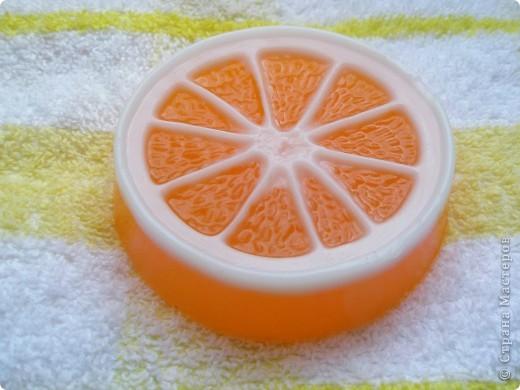 Эфирное масло апельсина придает коже упругость, способствует уменьшению морщин, обладает отбеливающим действием, эффективное антицеллюлитное средство.