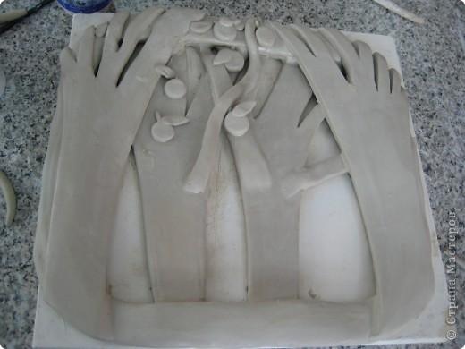 Керамическое панно, выполненное своими руками, может украсить жилую комнату, столовую и другие помещения в вашем доме или квартире. В зависимости от сюжета и композиции панно может иметь форму прямоугольника, овала, круга, трапеции и т.п. Панно может быть выполнено как барельеф (франц. bas-relief, т. е. низкий рельеф), вид скульптуры, рельеф, в котором выпуклое изображение не более чем на половину своего объёма выступает над плоскостью фона; горелье́ф (фр. haut-relief — высокий рельеф) — вид скульптуры, в котором выпуклое изображение выступает над плоскостью фона более чем на половину объема; контурный рельеф или резьба Анкре (фр. creux) рельеф, углублённый по отношению к плоскости; так называемый египетский рельеф. Швы, оконтуривавшие изображение, углублялись в поверхность материала: изображение не выступало из фона, а как бы укладывалось в его поверхность. Помимо прочего, это предохраняло изображение от скалывания. В нашем мастер-классе показано панно в стиле барельеф. фото 10