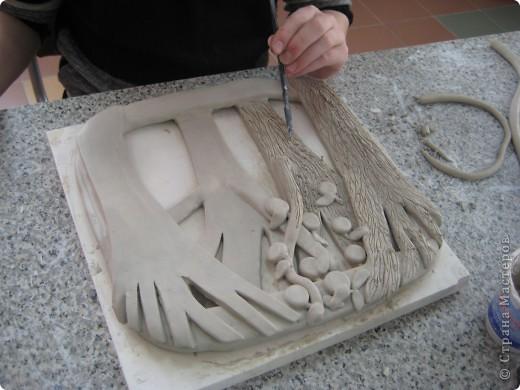Керамическое панно, выполненное своими руками, может украсить жилую комнату, столовую и другие помещения в вашем доме или квартире. В зависимости от сюжета и композиции панно может иметь форму прямоугольника, овала, круга, трапеции и т.п. Панно может быть выполнено как барельеф (франц. bas-relief, т. е. низкий рельеф), вид скульптуры, рельеф, в котором выпуклое изображение не более чем на половину своего объёма выступает над плоскостью фона; горелье́ф (фр. haut-relief — высокий рельеф) — вид скульптуры, в котором выпуклое изображение выступает над плоскостью фона более чем на половину объема; контурный рельеф или резьба Анкре (фр. creux) рельеф, углублённый по отношению к плоскости; так называемый египетский рельеф. Швы, оконтуривавшие изображение, углублялись в поверхность материала: изображение не выступало из фона, а как бы укладывалось в его поверхность. Помимо прочего, это предохраняло изображение от скалывания. В нашем мастер-классе показано панно в стиле барельеф. фото 11