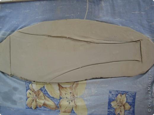 Керамическое панно, выполненное своими руками, может украсить жилую комнату, столовую и другие помещения в вашем доме или квартире. В зависимости от сюжета и композиции панно может иметь форму прямоугольника, овала, круга, трапеции и т.п. Панно может быть выполнено как барельеф (франц. bas-relief, т. е. низкий рельеф), вид скульптуры, рельеф, в котором выпуклое изображение не более чем на половину своего объёма выступает над плоскостью фона; горелье́ф (фр. haut-relief — высокий рельеф) — вид скульптуры, в котором выпуклое изображение выступает над плоскостью фона более чем на половину объема; контурный рельеф или резьба Анкре (фр. creux) рельеф, углублённый по отношению к плоскости; так называемый египетский рельеф. Швы, оконтуривавшие изображение, углублялись в поверхность материала: изображение не выступало из фона, а как бы укладывалось в его поверхность. Помимо прочего, это предохраняло изображение от скалывания. В нашем мастер-классе показано панно в стиле барельеф. фото 7