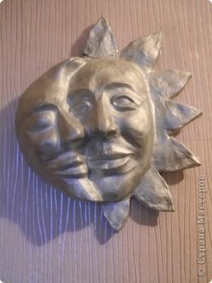 Маска из папье маше, потом покрыта серебряным лаком и перьями украшена фото 3