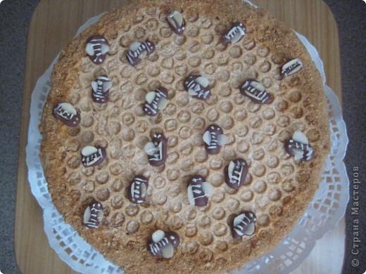 Такой тортик мои домочадцы очень любят, а теперь он еще со сладкими пчелками!
