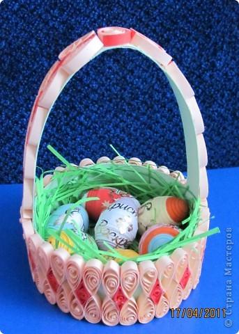 """Подарочек на Пасху А это вдохновение моего сыночка. Тоже увидел на сайте корзинку из коробки из-под сыра и """"загорелся"""". Правда коробочку сделал из обычного картона да и наклейки, купленные для яиц, тоже пригодились. фото 1"""