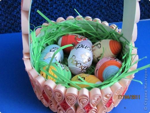 """Подарочек на Пасху А это вдохновение моего сыночка. Тоже увидел на сайте корзинку из коробки из-под сыра и """"загорелся"""". Правда коробочку сделал из обычного картона да и наклейки, купленные для яиц, тоже пригодились. фото 2"""