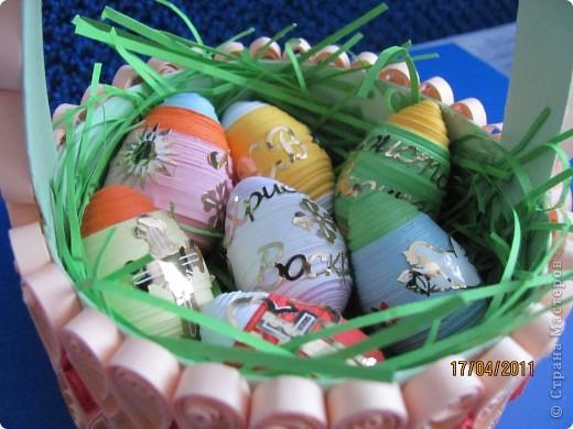 """Подарочек на Пасху А это вдохновение моего сыночка. Тоже увидел на сайте корзинку из коробки из-под сыра и """"загорелся"""". Правда коробочку сделал из обычного картона да и наклейки, купленные для яиц, тоже пригодились. фото 3"""