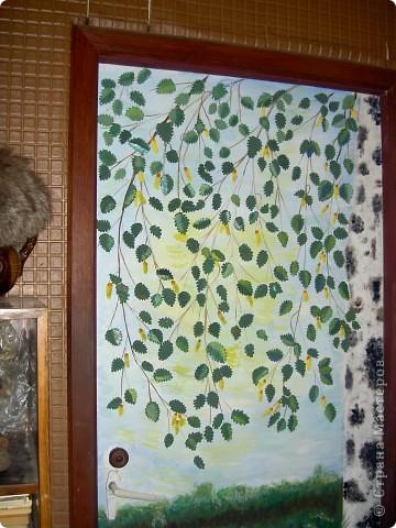 Начали дома делать ремонт и я решила использовать свои способности на двери. Думала всеравно если испорчу, муж закрасит. А когда сделала работу самой понравилось. Листочки, цветы и земляника слеплены из холодного фарфора. А картину я нарисовала. Правда я не художник. Вот что у меня получилось. Может какие советы дадите фото 3