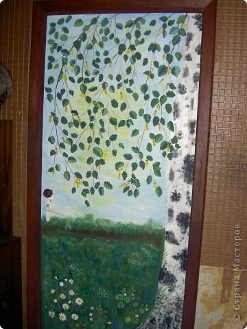 Начали дома делать ремонт и я решила использовать свои способности на двери. Думала всеравно если испорчу, муж закрасит. А когда сделала работу самой понравилось. Листочки, цветы и земляника слеплены из холодного фарфора. А картину я нарисовала. Правда я не художник. Вот что у меня получилось. Может какие советы дадите фото 2