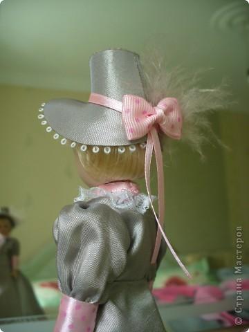 Вот и новая куколка. Сесили выполнена довольно аккуратно, личико милое. Но, наряд очень хотелось дополнить, сделать героиню задорней, моложе. фото 6