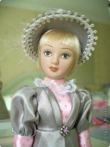 Вот и новая куколка. Сесили выполнена довольно аккуратно, личико милое. Но, наряд очень хотелось дополнить, сделать героиню задорней, моложе. фото 3