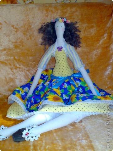 Эта куколка - моя третья по счету и ,наверное, пока самая удачная. Шила в подарок сестре, она просила принцессу, а родилась такая вот озорная девочка. Назвала ее  как бабочку - Полянница, мне кажется подходящее имя для неё.