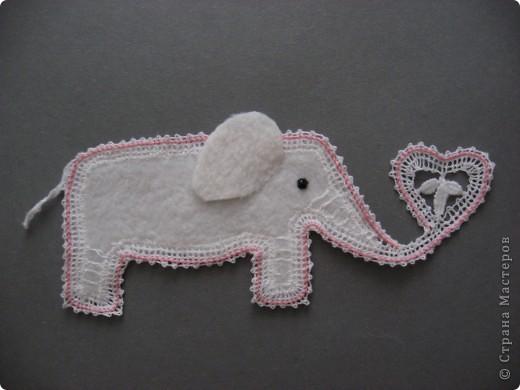 Представляем серию работ, которые принимают участие в Фестивале СЛОНОВ.  Влюблённый Слоник. автор: Котова Таня  Слон мой добрый и красивый, Для меня он очень милый. Слон весёлый, а не сонный,  Потому что он Влюблённый!  фото 5