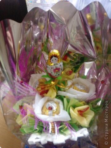 Делала букеты из конфет на день рождения. В белом башмаке для племянницы. С маками- для сестры. Башмаки плела по МК Веры С. Спасибо ей большое за подробный МК. фото 1