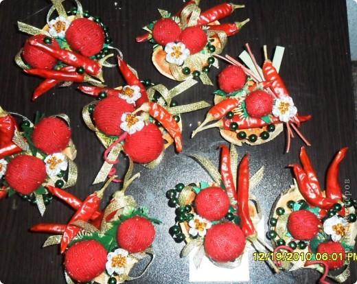"""На новый год решила сделать всем друзьям """"добавку"""" к основным подаркам- магнитики на холодильник. Клубнички сшила, расшив бисером, перец сушенный + цветы из ленты, украшенные бисером. Немного бус, и вот что получилось... фото 3"""