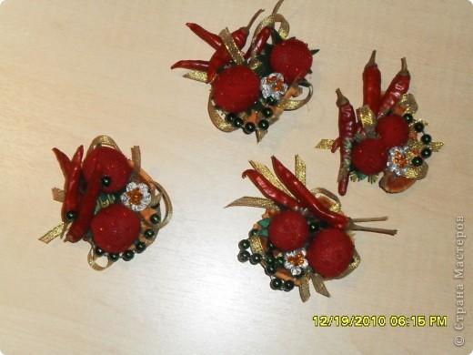 """На новый год решила сделать всем друзьям """"добавку"""" к основным подаркам- магнитики на холодильник. Клубнички сшила, расшив бисером, перец сушенный + цветы из ленты, украшенные бисером. Немного бус, и вот что получилось... фото 2"""